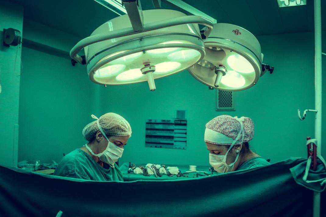 Bei einer OP: Firmen, die Medizintechnik herstellen oder vermarkten, zahlen Wirtschaftswissenschaftlern überdurchschnittliche Gehälter.