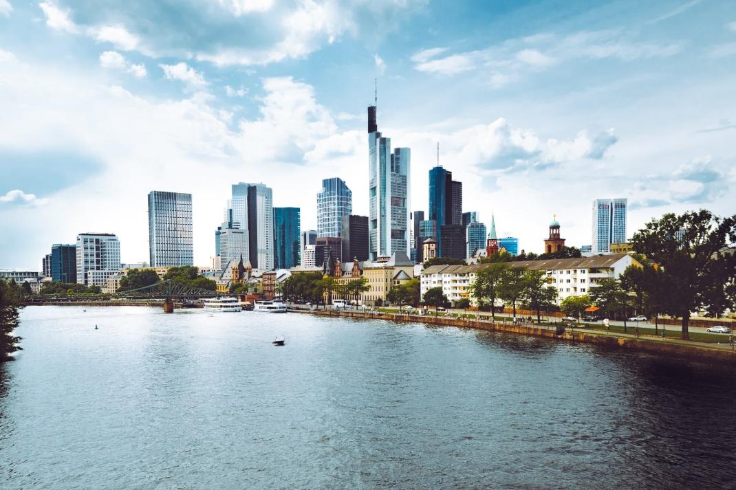 Frankfurt, Blick auf das Bankenviertel: Banken bieten Wirtschaftsabsolventen zwar hohe, aber nicht die höchsten Gehälter.