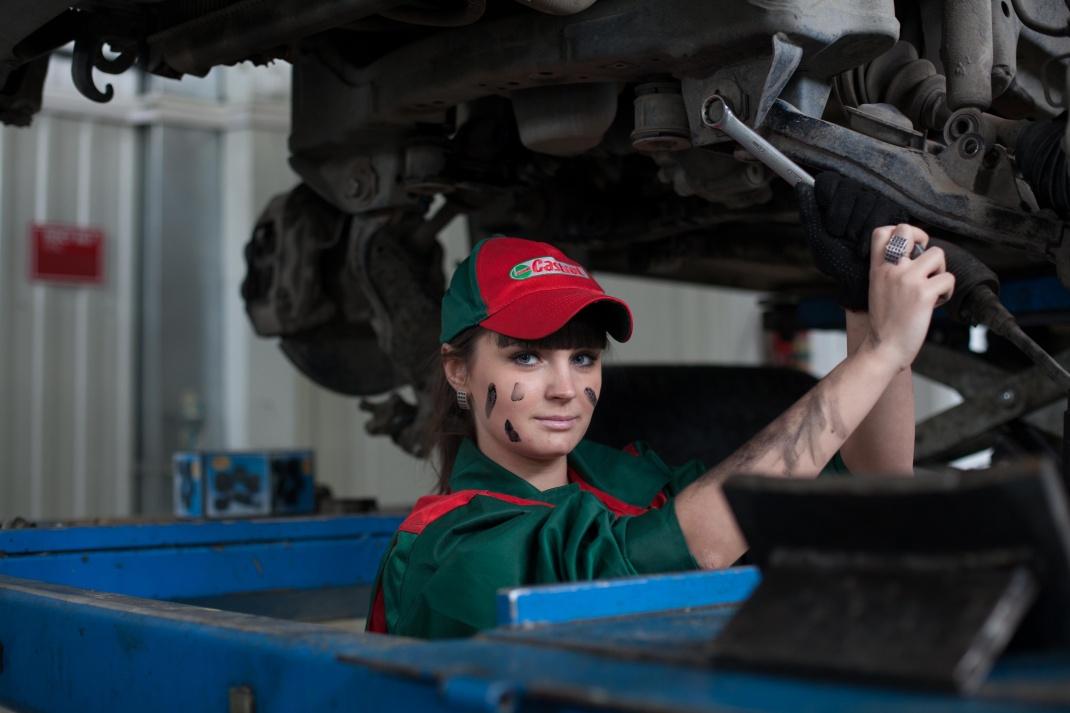 Arbeiterin in einer Autowerkstatt: Für Wirtschaftswissenschaftler bieten Fahrzeugbauer und -zulieferer Top-Konditionen, zumindest finanziell. Nur zwei Branchen zahlen noch mehr.