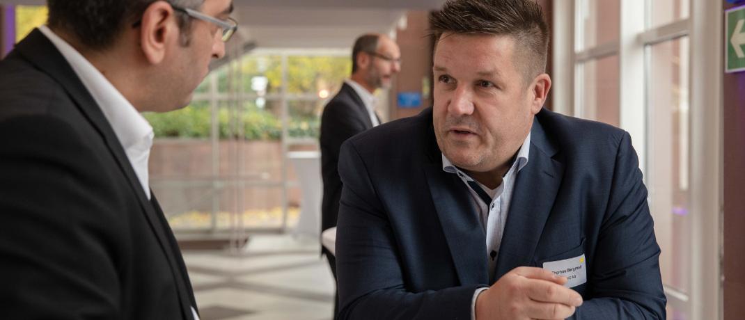 Raum für Austausch: Thomas Bergmair (re.), Gesellschafter bei dem auf Vermögensverwalter spezialisierten IT-Anbieter Islogic, im Gespräch.