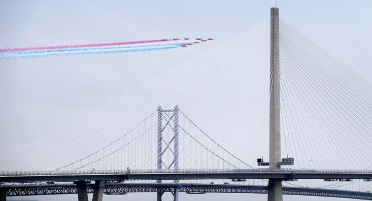 Die Red Arrows, Kunstflugteam der britischen Luftwaffe Royal Air Force, bei der offiziellen Eröffnung der Brücke Queensferry Crossing in Schottland, ein Bauprojekt des Hochtief-Konzerns: Das Bauunternehmen erhält die Nachhaltigkeitsbewertung AA.