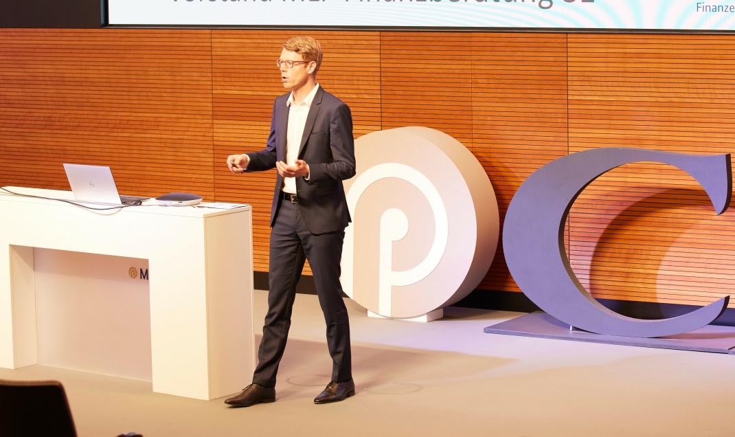MLP-Vorstand Jan Berg eröffnete die zehnte Ausgabe der Financial Planning Powertage. Corona-bedingt übertrug MLP die Einzelvorträge via Internet.