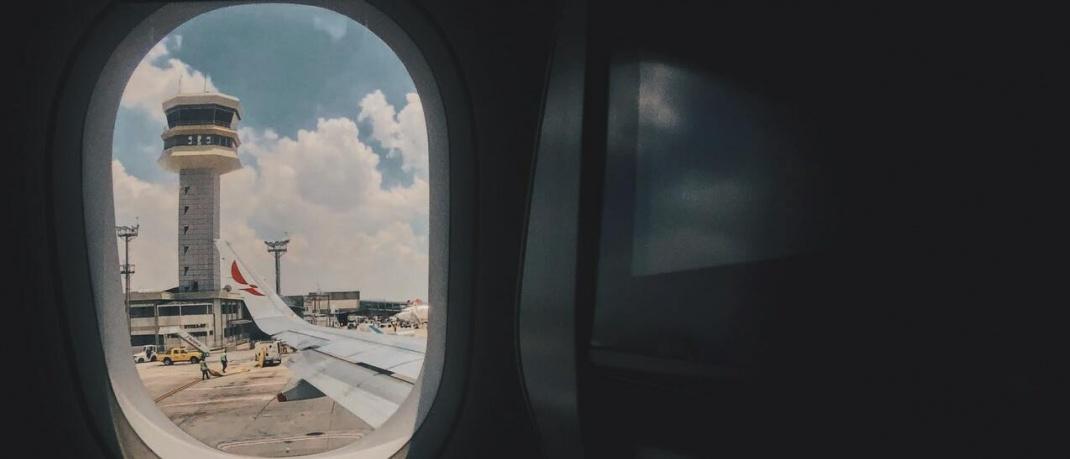 Blick aus Flugzeugfenster auf einen Fluglotsen-Tower