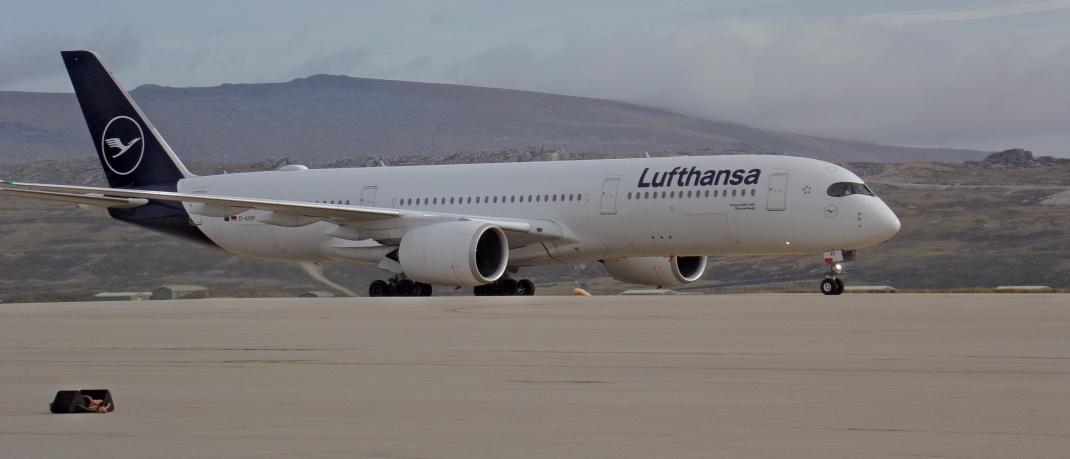 Flugzeug der Lufthansa startet in Hamburg