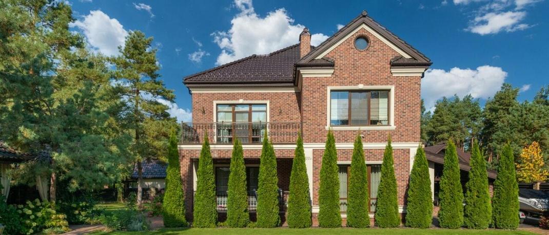 Wohnhaus mit Garten: Eine Wohngebäudeversicherung ersetzt Schäden an Immobilien