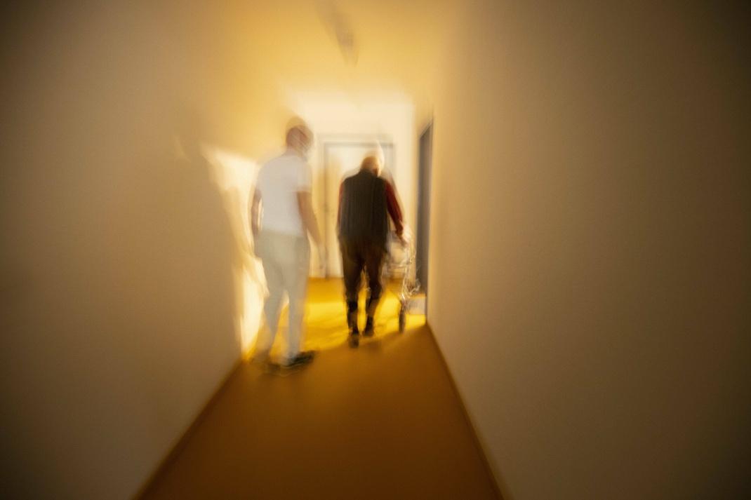 Pfleger und Mann mit Rollator: Ryman Healthcare betreibt in Neuseeland und Australien Seniorenwohnheime und Kliniken.