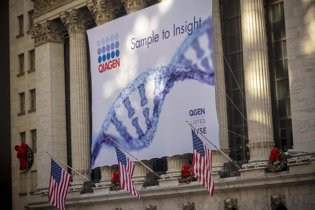 Plakat kündigt Debüt von Qiagen an der New York Stock Exchange an: Das niederländische Biotech-Unternehmen ist der breiten Öffentlichkeit vor allem als Hersteller von Corona-Tests bekannt.