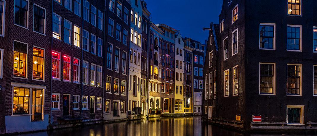 Häuser an einem Kanal in Amsterdam: Die Niederlande sind eins von drei Euroländern in den Top Ten des Länder-Rankings.