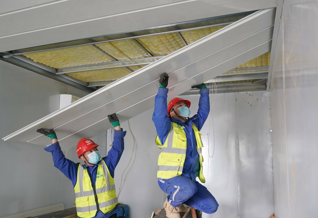 Zwei Bauarbeiter bei dem Bau eines Arpartments