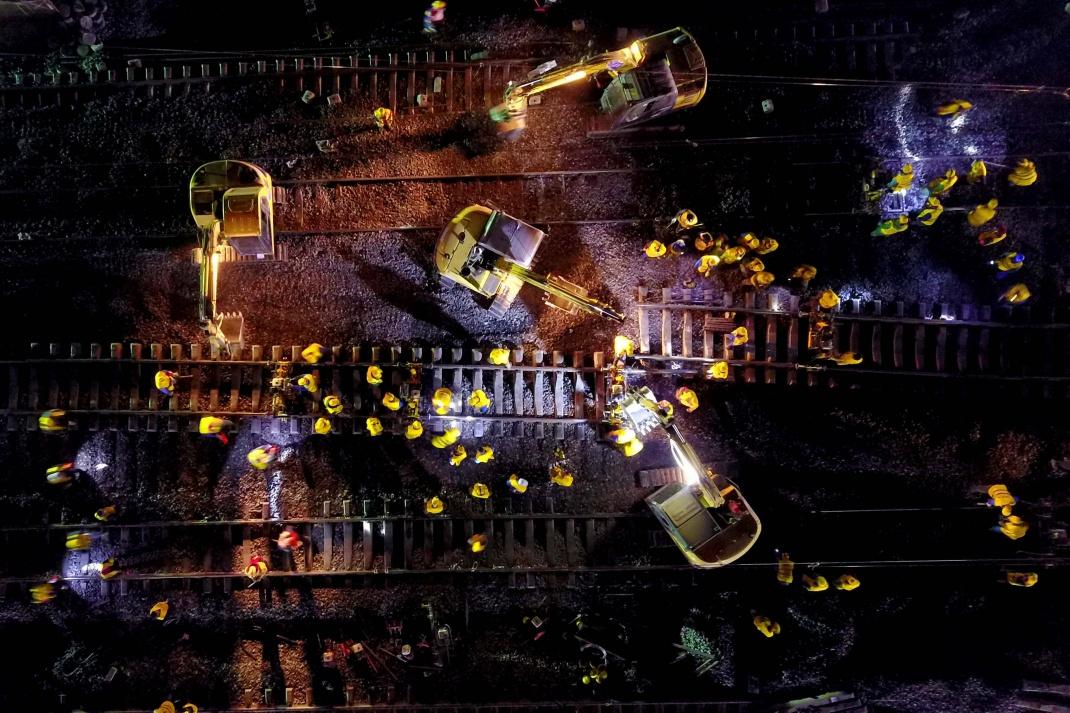 Die Luftaufnahme zeigt Mitarbeiter:innen der China Railway Group bei der Arbeit