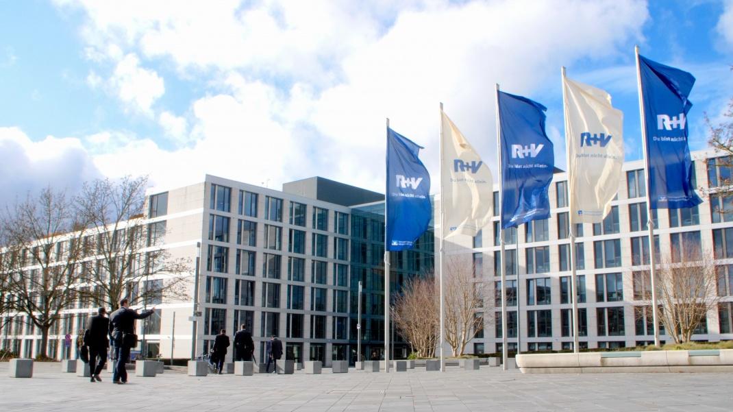 R+V-Gebäude am Raiffeisenplatz in Wiesbaden: Der Versicherer hat die Beitragsgarantien auf 90 Prozent abgesenkt. .