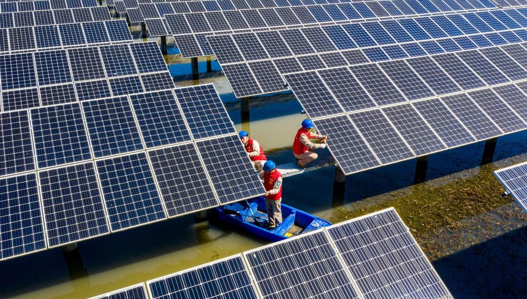 Wartungsarbeiten an Solarmodulen in der chinesischen Provinz Jiangsu: Flat Glass stellt unter anderem Glas für Photovoltaikanlagen her.
