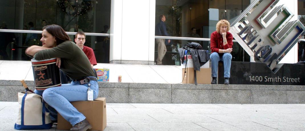 Entlassene Mitarbeiterinnen sitzen am 3. Dezember 2001 vor der Enron-Zentrale in Houston, Texas: Das Unternehmen hatte jahrelang seine Bilanzen gefälscht.