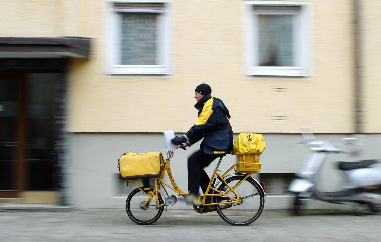 Postbote in München: Die Deutsche Post schafft es mit Platz 473 noch in das Ranking der wertvollsten Marken der Welt – rutscht aber im Vergleich zum Vorjahr einige Plätze nach unten.