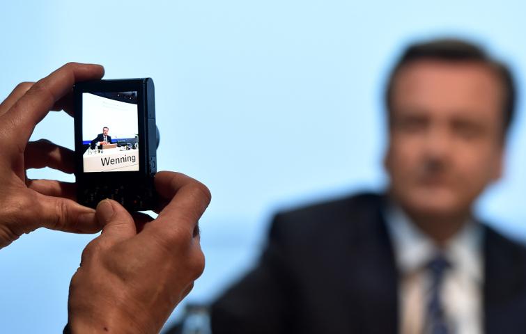 Munich-Re-Chef Joachim Wenning bei der Hauptversammlung im Fokus einer Kamera: Der Rückversicherer ist neu in die Top 500 eingestiegen.