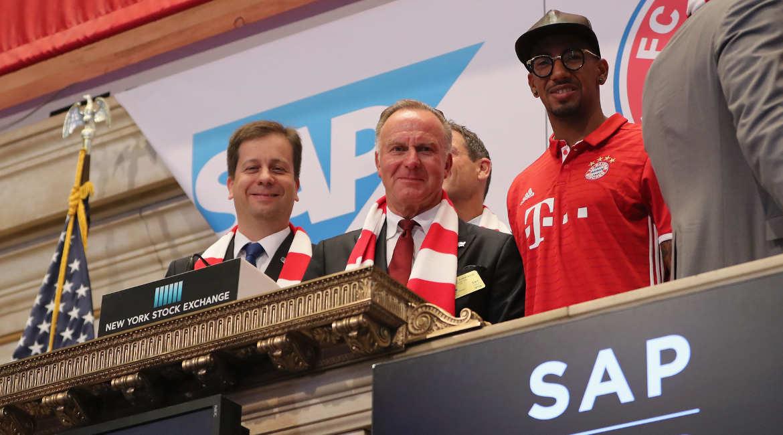 SAP-Finanzvorstand Luka Mucic mit Karl-Heinz Rummenigge und Jérôme Boateng (v.l.) vom FC Bayern München beim Läuten der Eröffnungsglocke der New York Stock Exchange am 2. August 2016