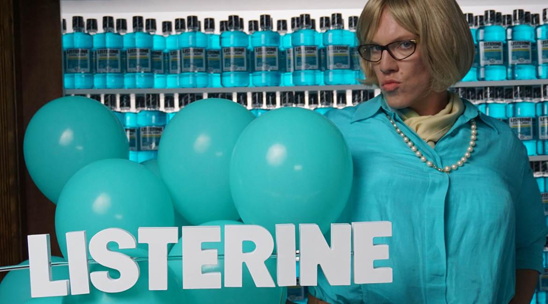 In einer Online-Kampagne wirbt der deutsche Comedian Simon Gosejohann als engagierte Studienleiterin Beate Frisch für die Mundspülung Listerine von Johnson & Johnson.