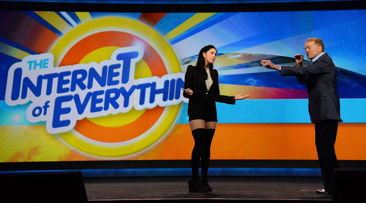 US-Komikerin Sarah Silverman (l.) stand vor drei Jahren auf einer Bühne mit John Chambers, Vorstandsvorsitzender von Cisco Systems, bei der Messe International Consumer Electronics Show (CES) in Las Vegas.