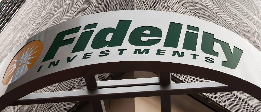 Firmenschild am Gebäude von Fidelity Inventments im US-Bundesstaat Virginia