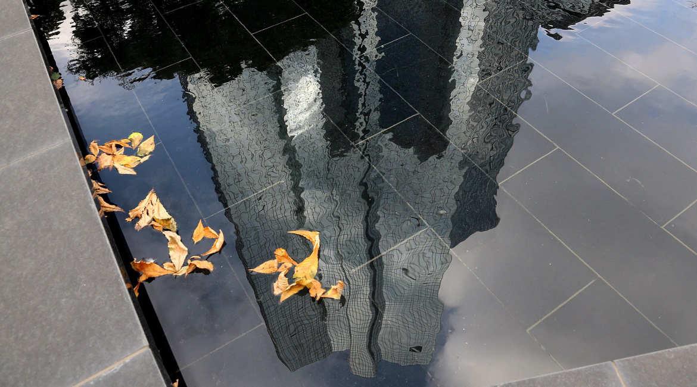 Hauptquartier der Deutschen Bank in Frankfurt spiegelt sich in Wasser
