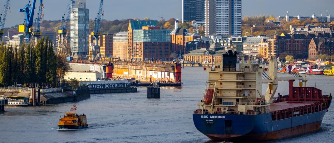 Blick auf den Hamburger Hafen: Die Immobilienpreise an der Elbe steigen kontinuierlich.