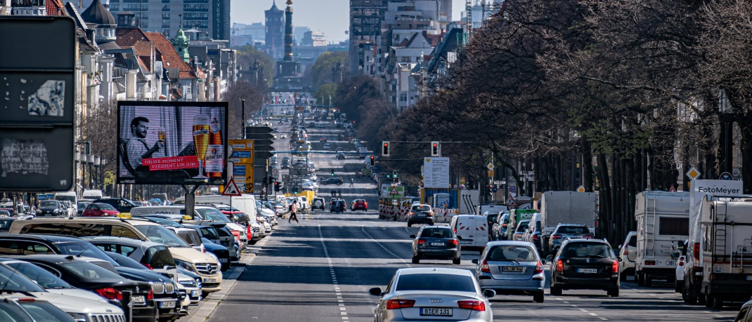 Straßenszene in Berlin: Die meisten Immobilieninvestoren lassen sich von Käufen in der Corona-Krise nicht abbringen.