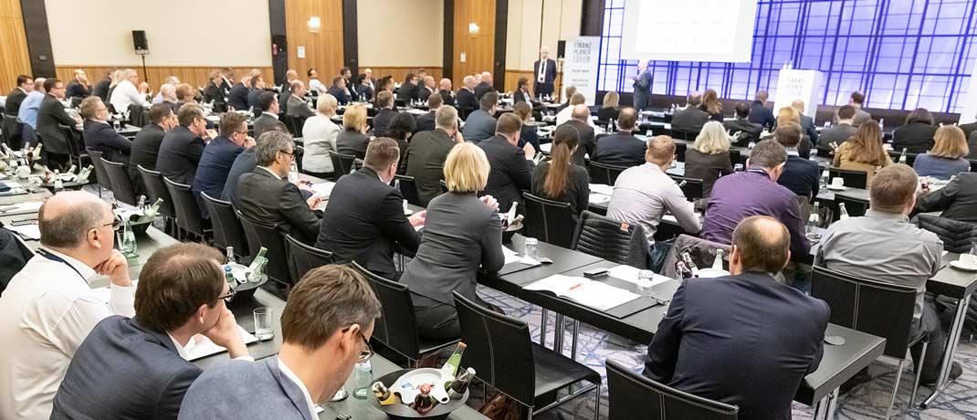 Ins Hotel Intercontinental nach Düsseldorf waren Ende März mehr als 230 zertifizierte Finanzplaner für die zweitägige Bildungsveranstaltung gekommen.