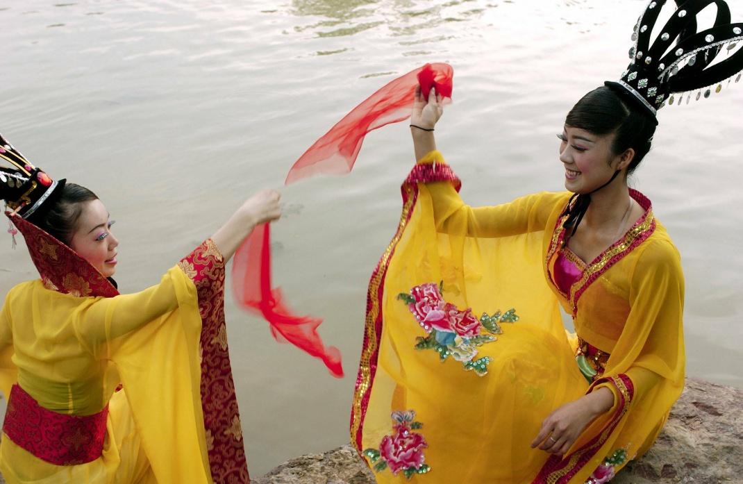 Tänzerinnen in traditioneller chinesischer Tracht in Hangzhou