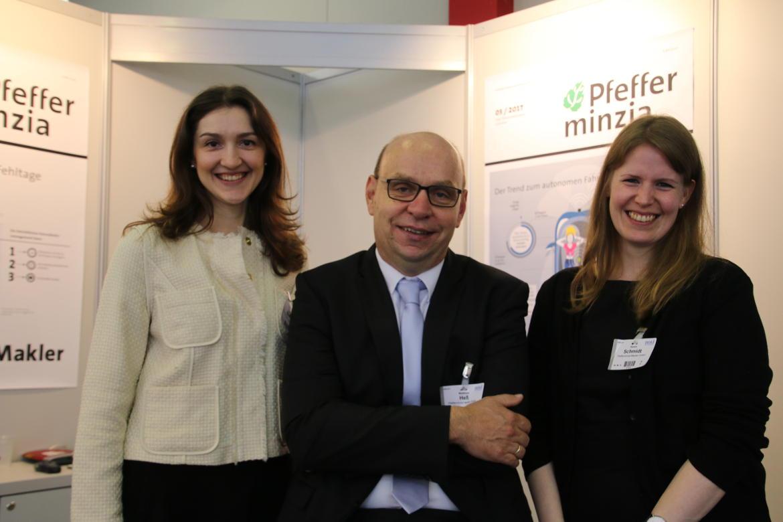 Am Stand von Pfefferminzia, der Schwester-Publikation von DAS INVESTMENT: Sanja Sever-Silajdzic, Matthias Heß und Chefredakteurin Karen Schmidt.