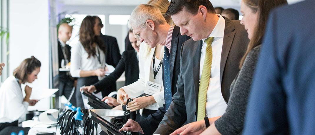 Moderner Ablauf bei der Registrierung: Die Gäste melden sich per Touchscreen eigenständig an und erhalten ihr Namensschild. Bei Fragen hilft das Organisationsteam des private banking kongress.