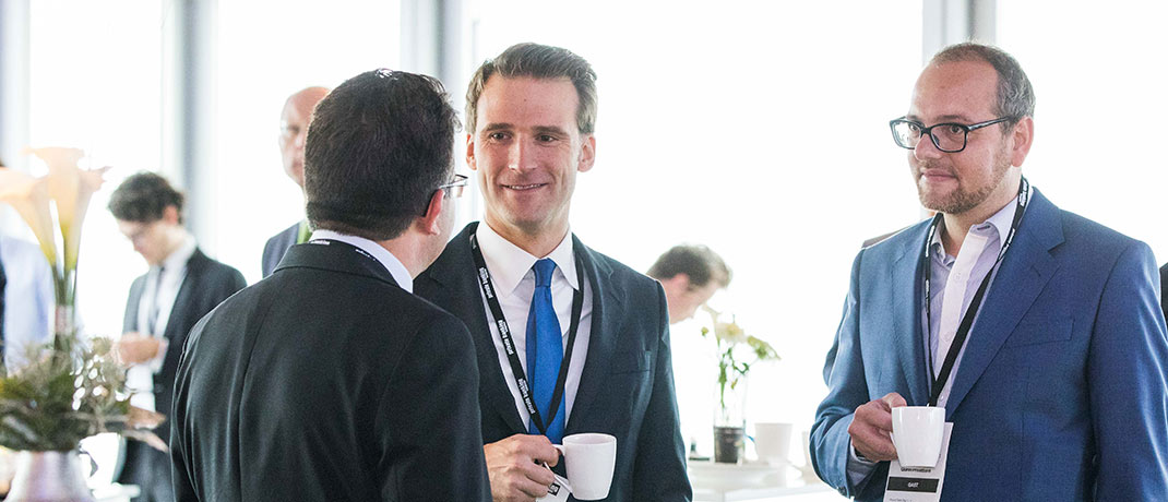 Stärkung mit einem Kaffee: Die Gäste des 16. private banking kongress tauschen sich vor dem ersten Vortrag aus. Hier Tristan Lüttschwager von der Quirin Privatbank (M.) im Gespräch.