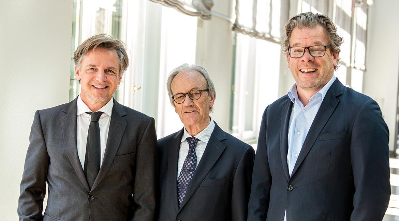 Key-Note-Speaker Dieter Brandes (M.), ehemaliger Geschäftsführer Aldi Nord, mit Peter Ehlers (l.), Herausgeber des private banking magazin und Chefredakteur Malte Dreher