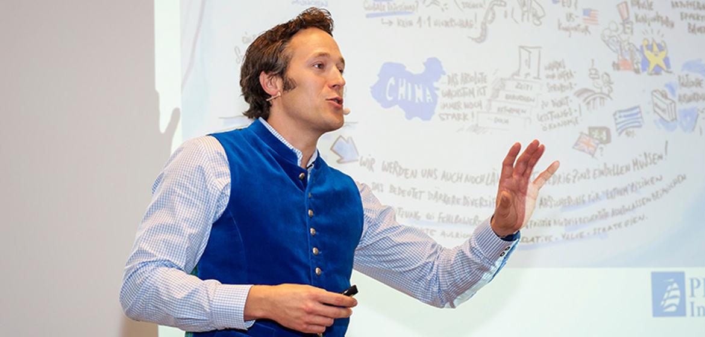 Leiter des Drittvertriebs von Amundi Nils Hemmer begrüßt die Gäste zum Amundi Profi-Talk.