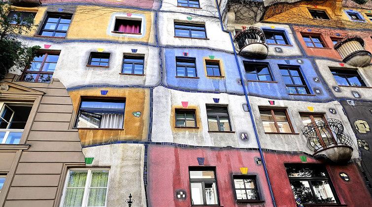 Hundertwasserhaus in Wien: Österreichs Hauptstadt wird oft als Beispiel für eine gute Wohnungspolitik herangezogen – für Luxusimmobilien müssen Käufer aber vergleichsweise viel Geld hinblättern.