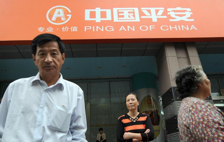 Mitarbeiter von Ping An vor dem Büro des Unternehmens in Shanghai: Der hierzulande vermutlich relativ unbekannte chinesische Versicherungskonzern liegt auf Rang 9 und hat im Vergleich zum Vorjahr gleich fünf Plätze gut gemacht.