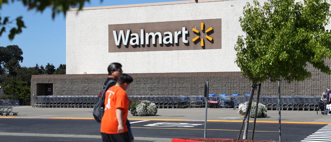 Passanten vor einem Walmart in Kalifornien.