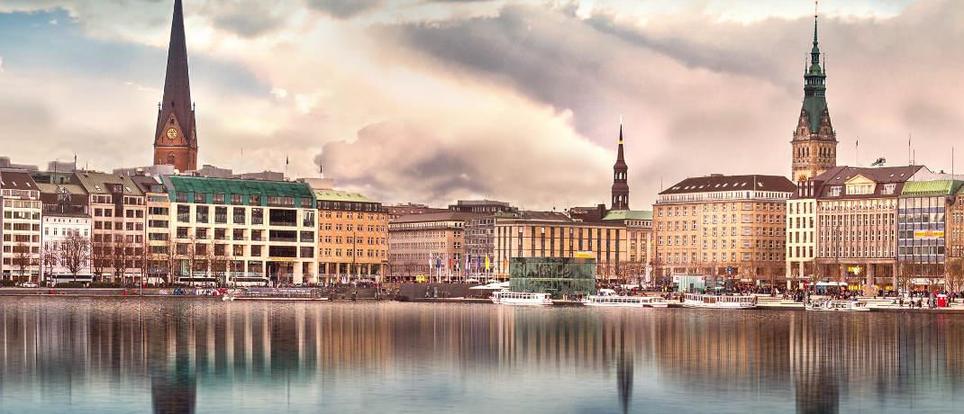 Binnenalster und Rathausturm (re.) in Hamburg