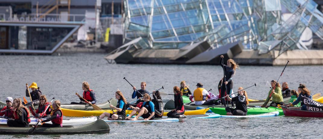 Jugendliche mit Surfbrettern und Booten demonstrieren vor der Oper in Oslo gegen eine Erdölfirma: Anleihen in Norwegischen Kronen liegen auf Platz 10 des Negativ-Rankings – allerdings immer noch im Plus.