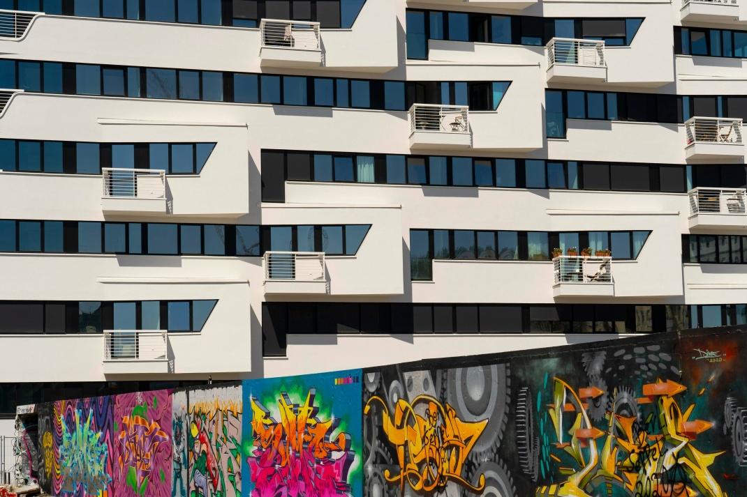 Neu gebautes Wohnhaus auf dem Gelände des ehemaligen Osthafens an der Spree in Berlin-Friedrichshain: In der Hauptstadt wirkt sich der Mietendeckel auf die Bestandsmieten aus.