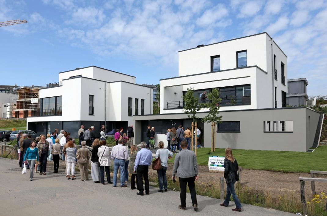 Besucher stehen Schlange, um ein neugebautes Einfamilienhaus in Dortmund zu besichtigen: Bei Mietern sind Neubauwohnungen dagegen nicht mehr so stark nachgefragt, so Immowelt.