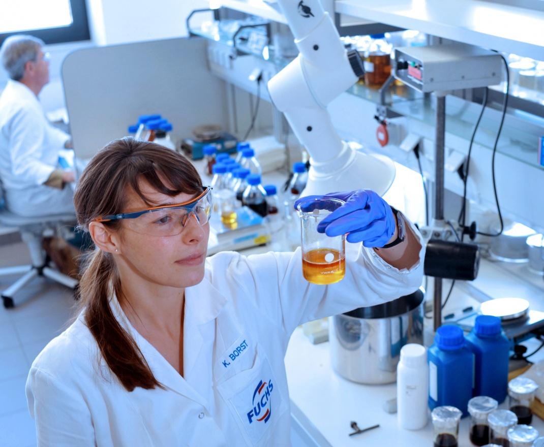 Mitarbeiterin im Technologiezentrum des Schmierstoffherstellers Fuchs Petrolub