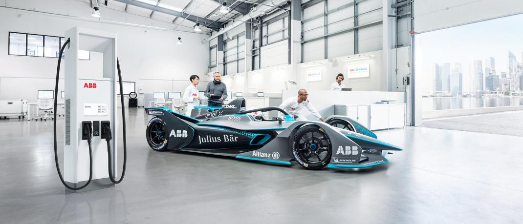 FIA Formel E-Rennwagen mit Ladestation. ABB liefert die Ladetechnologie und ist in der vierten Saision Titelpartner der Rennserie.
