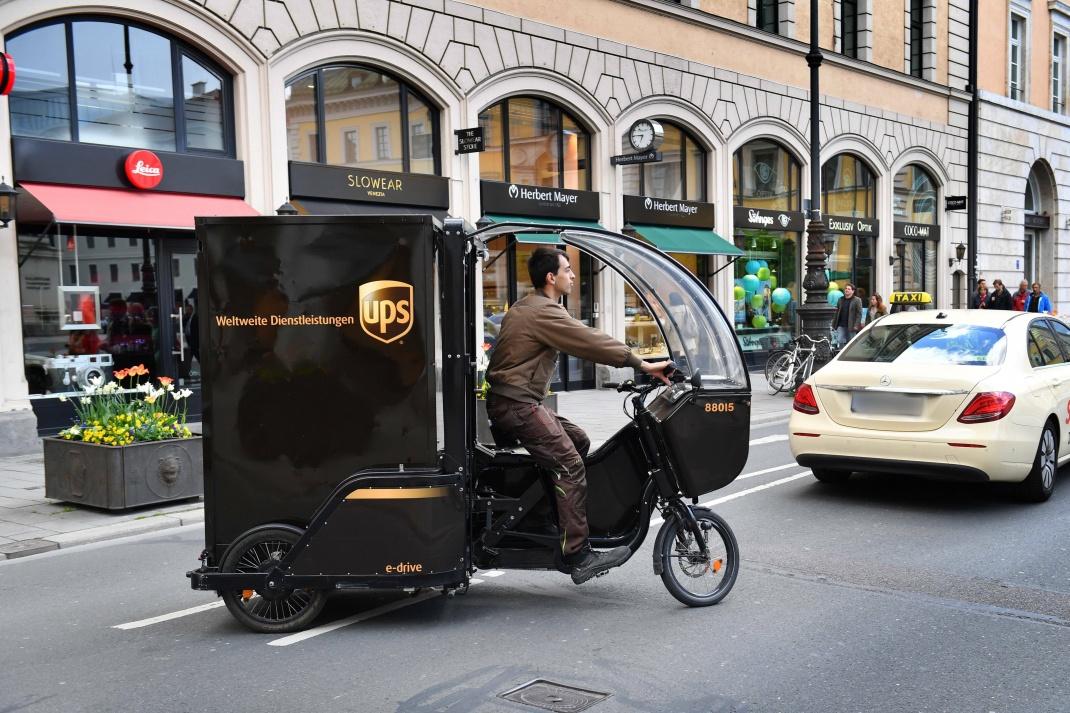 UPS-Paketbote mit einem Rytle Cargo Bike in München.