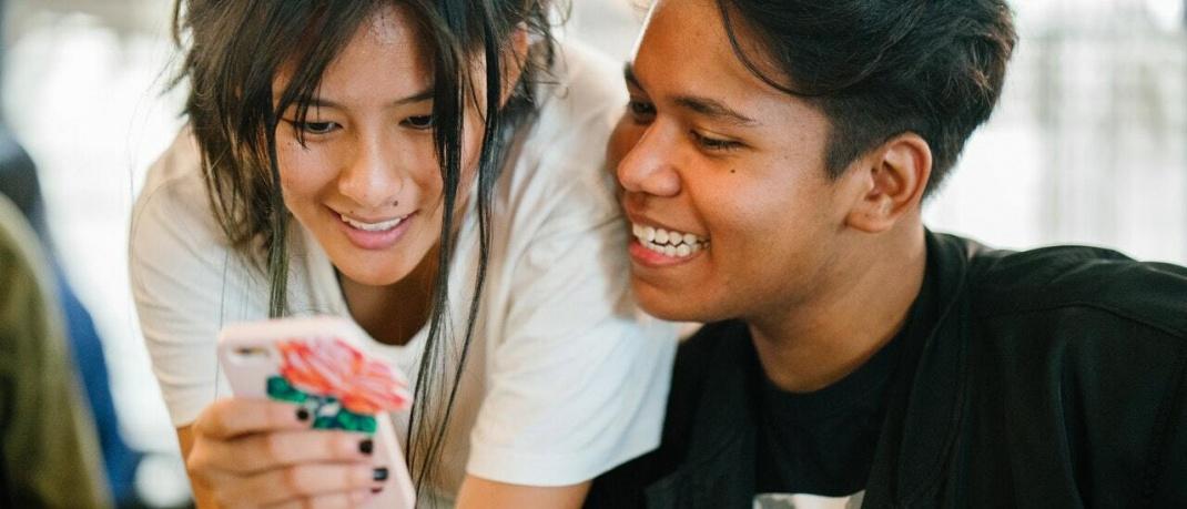 Junge Erwachsene mit Smartphone