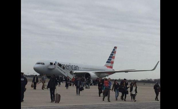 Bombenalarm am John F. Kennedy International Airport: Alle Passagiere müssen das Flugzeug verlassen. (Foto: Robert Wolf/Twitter)