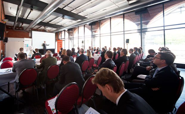 Der 1. Substanzwerte-Tag im Hauptzollamt in der Hamburger Hafencity: Der Hauptsaal während eines Vortrags