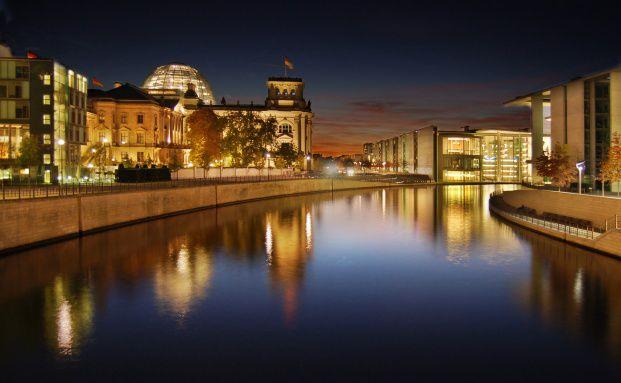 Berlin bei Nacht: Deutsche Anleger halten die Bundesrepublik für die sicherste Anlageregion de rWelt. Quelle: Fotolia