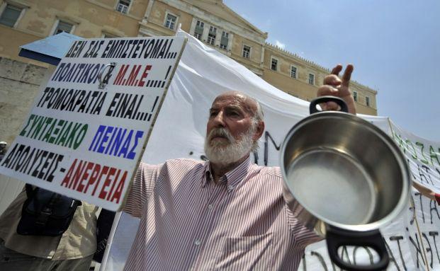 Ein griechischer Bürger protestiert gegen die<br>Rentenreformen. Foto: Getty Images