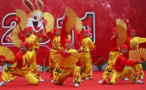 T&auml;nzer feiern am 4. Februar in Peking das chinesische<br>Neujahr des Hasen: Der Wertsicherungsfonds von HSBC setzt<br>auf Schwellenl&auml;nder wie China. Foto: Getty Images
