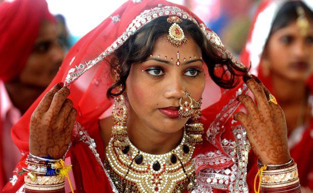 Indische Braut bei Massenhochzeit: Goldinvestoren wissen, <br> dass der Goldpreis im Herbst allein schon wegen der <br> Hochzeitssaison in Indien steigt, Quelle: Getty Iamges